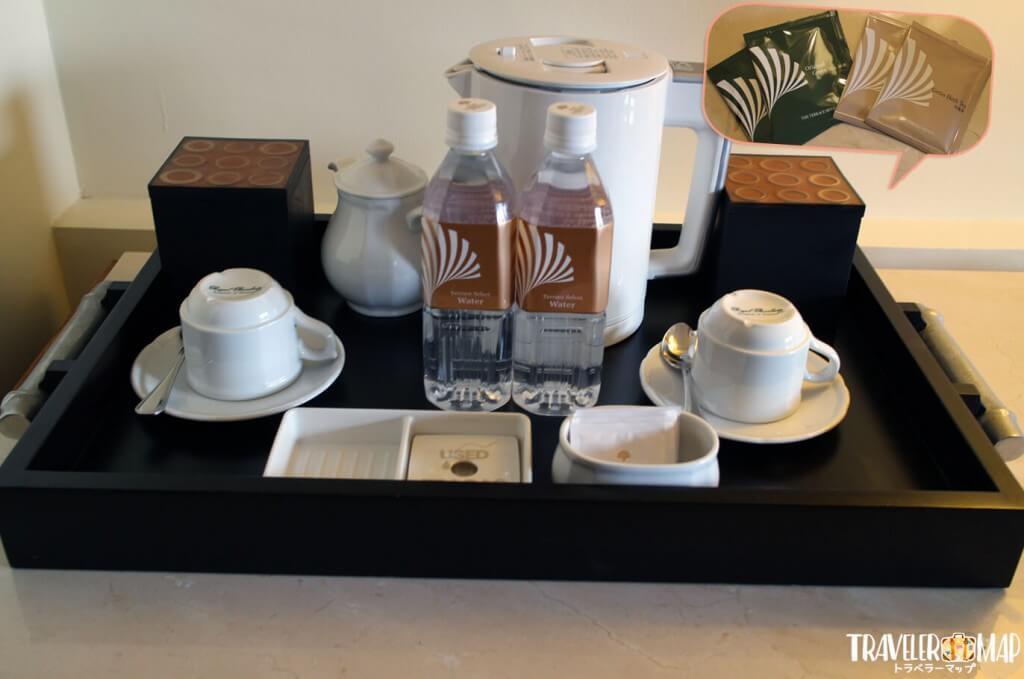 室内にコヒーと水と紅茶