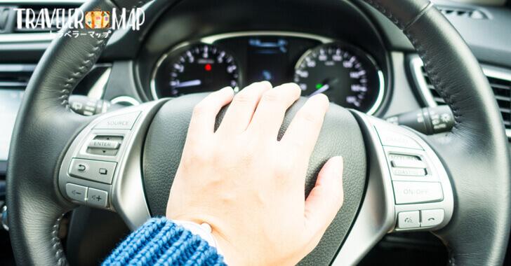 車のクラクションを鳴らす
