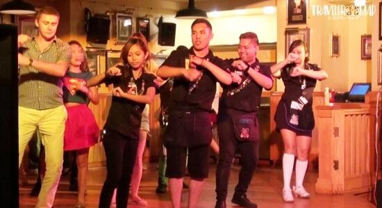 舞台で踊る人々