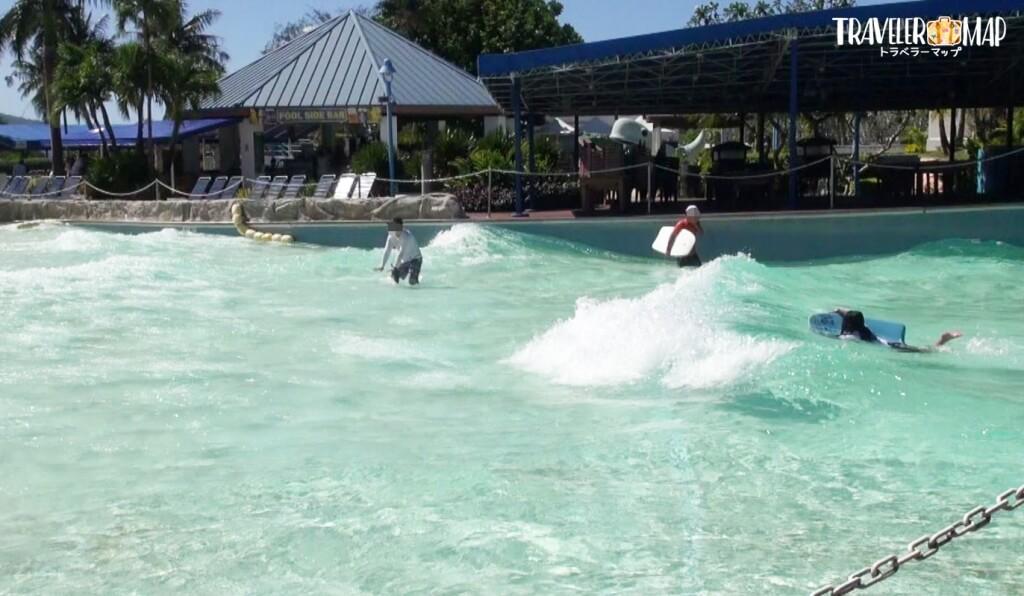 波の出るプール